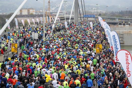Rund 20.000 Läuferinnen und Läufer gehen beim Linzer Marathon an den Start.