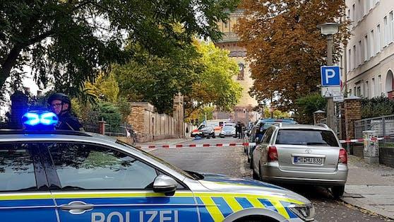 In Halle (Sachsen-Anhalt) sind vor einer Synagoge Schüsse gefallen. Mindestens zwei Personen kamen ums Leben.