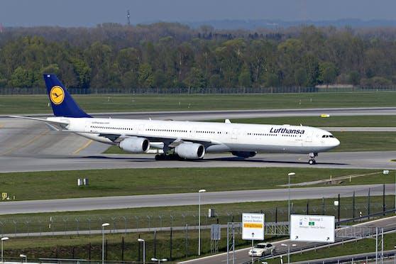 Ein Flugzeug der Lufthansa am Rollfeld.