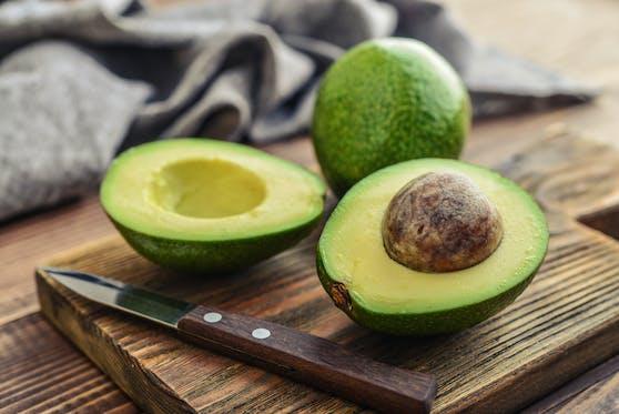 Auch eine Avocado sollte man vor dem Schneiden waschen, wie eine Studie herausgefunden hat.