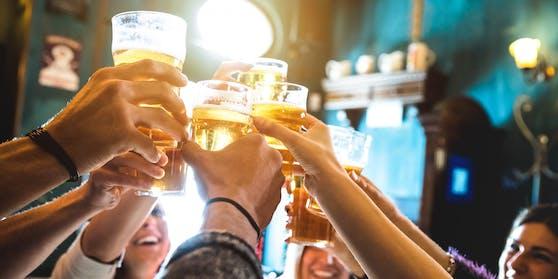 Junge Leute feiern trotz Corona (Symbolbild).