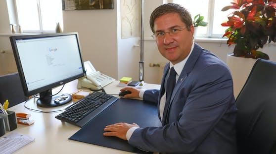 """Der Welser Bürgermeister Andreas Rabl (FPÖ) glaubt zwar nicht, dass Wels """"Rot"""" wird, aber dennoch bereitet man sich darauf vor."""