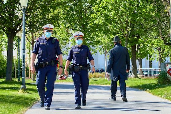 """Die Polizei auf Streife. Zum Beginn der """"Osterruhe"""" gibt es Traumwetter."""