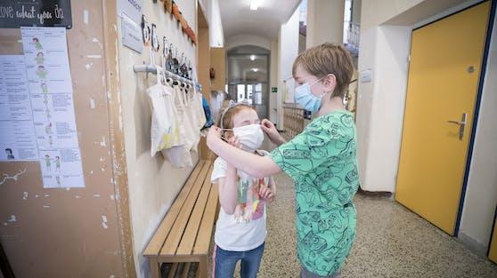 Neuer Alltag im Schulgebäude: Masken sind auf den Gängen Pflicht, für ältere Schüler auch in der Klasse.