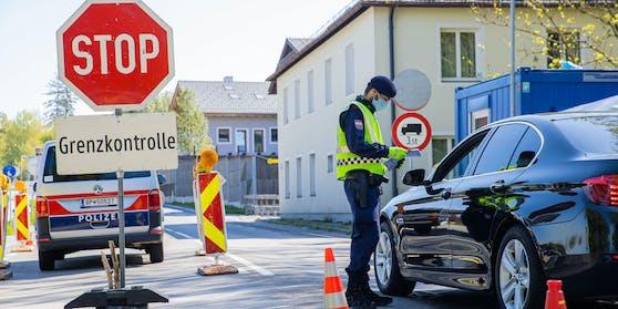 Mindestens noch bis zum 31. Mai muss man bei der Einreise nach Österreich entweder einen Test vorweisen, oder 14 Tage in die Selbstisolation.
