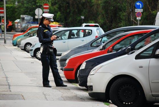 Eine Kontrolleurin im Einsatz: Parksheriffs werden die Parkpickerl ab 2022 in allen Bezirken Wiens kontrollieren müssen.