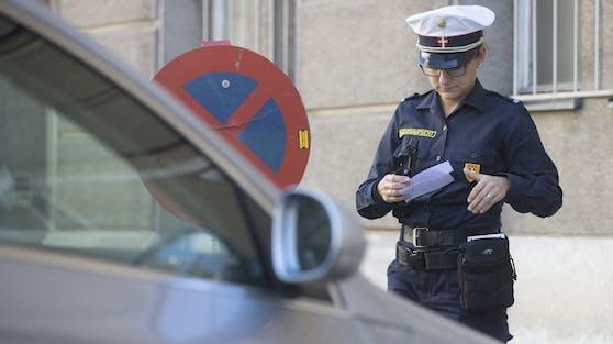 Ein Kontrollorgan der Wiener Parkraumüberwachung im Einsatz. (Symbolbild)