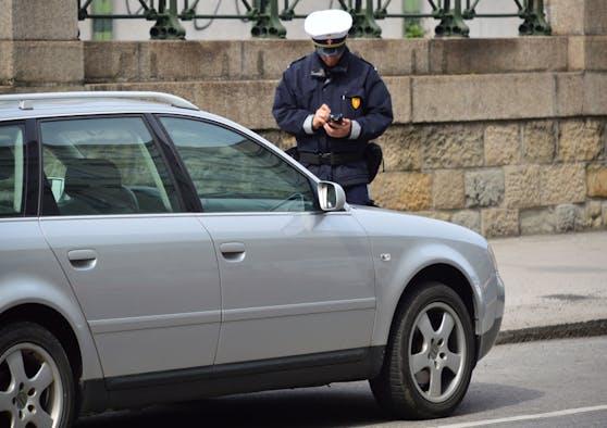 Ein Kontrollorgan der Wiener Parkraumüberwachung im Einsatz. Symbolbild