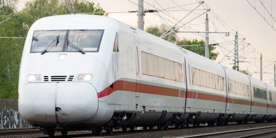 Am Hauptbahnhof in Hannover mussten zwei Seniorinnen aus einem ICE gebracht werden. (Symbolbild)