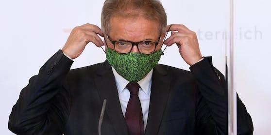 """Gesundheitsminister Rudolf Anschober:""""Der große Blumenstrauß geht heute für ein sehr gutes Zwischenergebnis an jeden und jede Einzelne. Jede und jeder ist seit Wochen ein Teil der Lösung. Danke dafür!"""