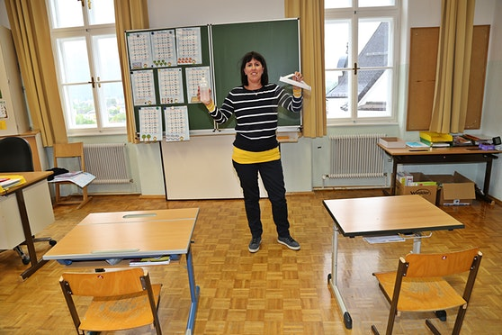 Schulstart auch in der Volksschule Ebensee mit  Desinfektionsmittel und Schutzschild für die Lehrer