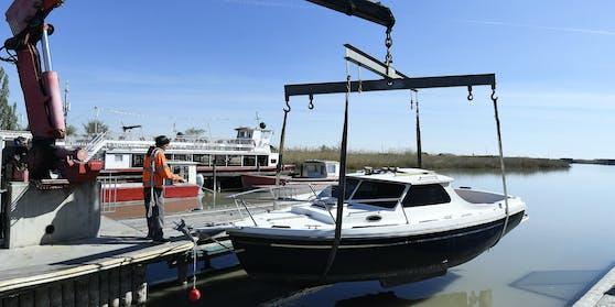 Wenig Wasser. Viele Boote haben Schwierigkeiten, den Hafen zu verlassen.
