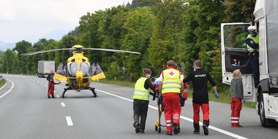 Der Lenker wurde mit Verletzungen unbestimmten Grades von der Rettung in das Krankenhaus Kufstein eingeliefert