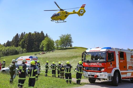 Feuerwehr und Rettungshubschrauber bei einem anderen Traktor-Unfall in Oberösterreich.