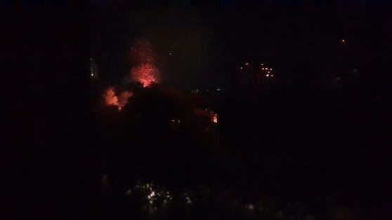 Unbekannte sollen Feuerwerksraketen gezündelt haben.