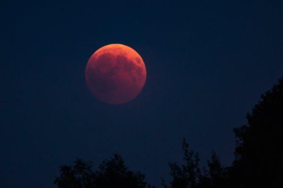 Bei dem Phänomen des Blutmondes ist das Licht des Mondes so stark abgeschwächt, dass er fast nicht mehr zu erkennen ist.