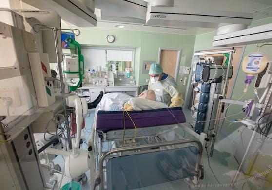 In Oberösterreich gibt es weiter einen massiven Anstieg an Corona-Erkrankten. Auch die Zahl der Infizierten, die ins Krankenhaus mussten, steigt.