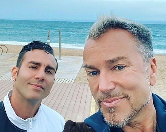 Nach wochenlanger Sperre durften Uwe Kröger und sein Freund Kiko erstmals wieder am Strand spazieren gehen.