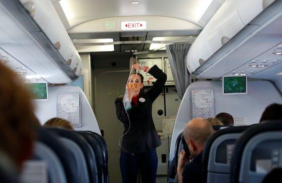Eine Flugbegleiterin soll durch den neuen Kollektivvertrag nur 848 Euro netto als Einstiegsgehalt verdienen.