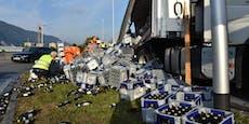 Lkw verliert riesige Ladung Bier bei Kreisverkehr