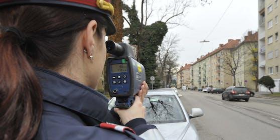 Die Polizei kontrolliert die Verkehrsteilnehmer.