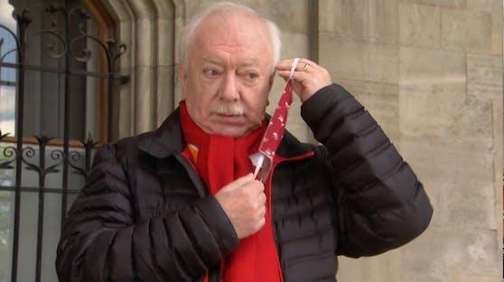Wiens Ex-Bürgermeister Michael Häupl mit SPÖ-roter Schutzmaske.
