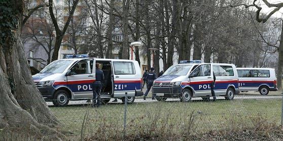 Die Polizei lieferte den Mann in ein Krankenhaus ein.