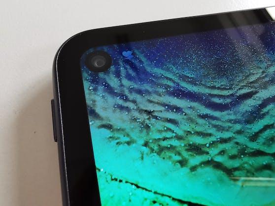Eine Besonderheit des Tablets ist auch das Punch-Hole im Display für die Frontkamera, was einen sehr schmalen Rahmen um das Display ermöglicht.