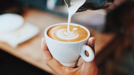 Ihr wollt auch zu Hause den perfekten Cappuccino oder Latte Macchiato trinken? Mit diesen Tricks könnte es funktionieren.
