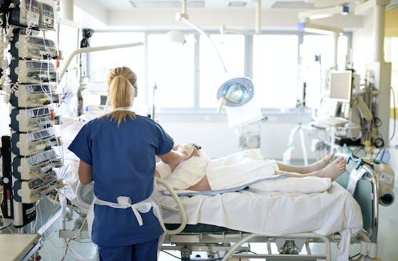 Patient auf der Intensivstation (Symbolbild): Noch nie steckten sich in 24 Stunden so viele Personen an.