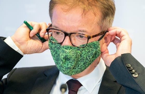 Rudi Anschober trägt eine grüne Textilmaske.