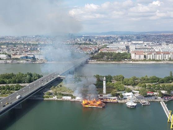 Die Sansibar auf der Donauinsel brennt.