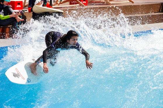Nicht nur Profis können das Surfen ausprobieren.