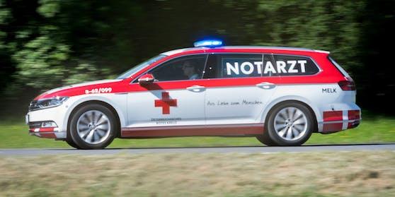 Ein Notarztfahrzeug im Einsatz (Symbolfoto).