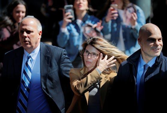 Lori Loughlin bekennt sich im College-Skandal schuldig. Sie und ihr Mann müssen in Haft