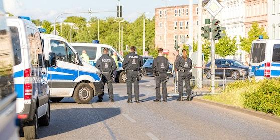 Mehrere deutsche Polizisten haben auf die Corona-Regeln gepfiffen.