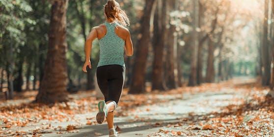 Die Frau joggte gerade in einem Park, als sie von einem Mann belästigt wurde.