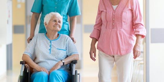 Symbolfoto eines Besuchs im Pflegeheim
