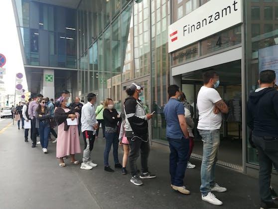 Vor dem Finanzzentrum in der Marxergasse standen bereits am frühen Freitagmorgen etliche Wiener in der Schlange.