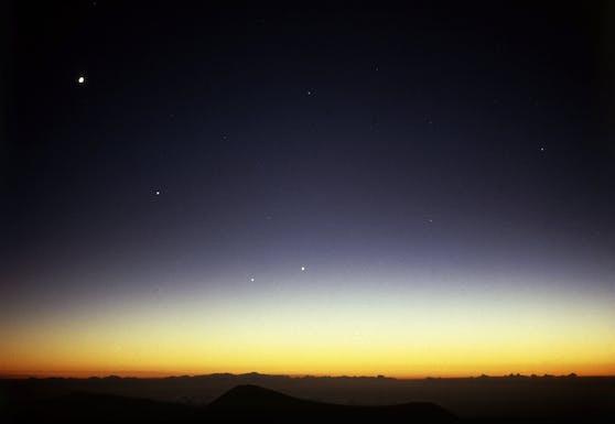 Alle Astronomieliebhaber können sich dieses Wochenende auf spannende Nächte freuen, denn es ist ein besonders enges Aufeinandertreffen von Venus und Merkur zu erwarten.