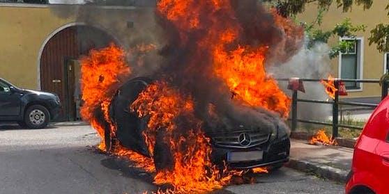 Samstagmittag ging im Ortszentrum von Traiskirchen ein Mercedes-Benz Coupe in Flammen auf. Die Brandursache ist noch unbekannt.