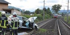 Auto stürzt auf Gleis, Zug stoppt in letzter Sekunde