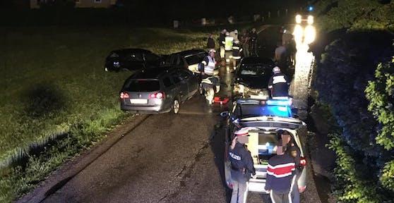 Unfall in Purgstall mit Fahrerflucht, Polizei und Feuerwehr vor Ort.