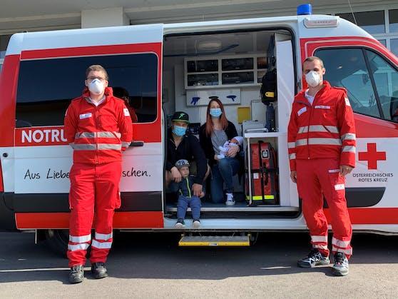Sanitäter David Schiegl, Papa Alexander, Bruder Erik, Mama Ivonne mit dem kleinen Finn und Sanitäter Lukas Hausdorf