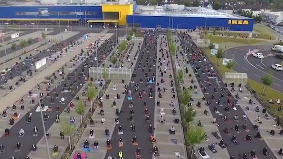 Gläubige versammelten sich auf einem Ikea-Parkplatz in Deutschland zum Gebet.
