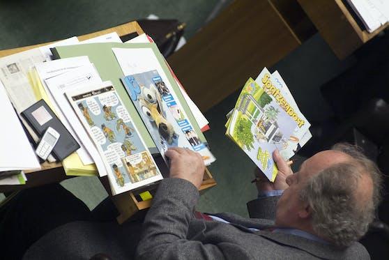 """Fritz Neugebauer, GÖD-Vorsitzender und Bildungssprecher ÖVP bei einer Parlamentssitzung im Plenum bei der Lektüre der """"Spatzenpost"""". Archivbild, März 2006"""
