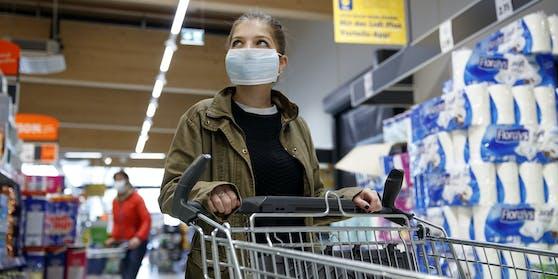 In den Geschäften und Supermärkten herrscht Maskenpflicht.