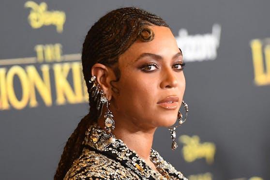 """Von """"The Lion King"""" inspiriert hat Beyoncé ihr erstes visuelles Album """"Black is King"""" veröffentlicht, das nach Lob jetzt negative Schlagzeilen macht."""