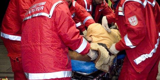 (Symbolbild) Mehrere Jugendliche behinderten am Donnerstagnachmittag die Wiener Berufsrettung bei einem lebenswichtigen Einsatz