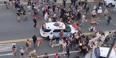 Videos: US-Polizei feuert auf Zuschauer, fährt in Menge